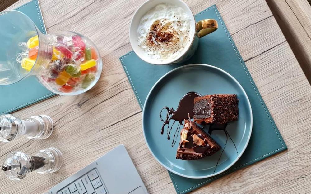 coffee-and-chocolate-cake-while-working-thevirtualclick.com