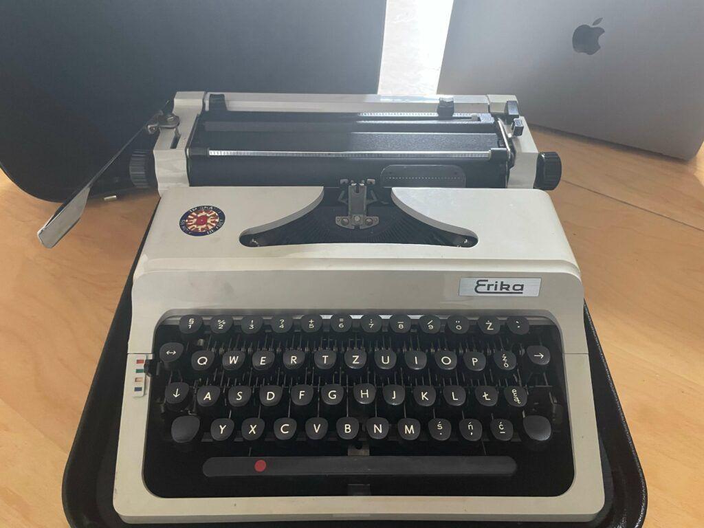 old-manual-typwriter-virtual-click
